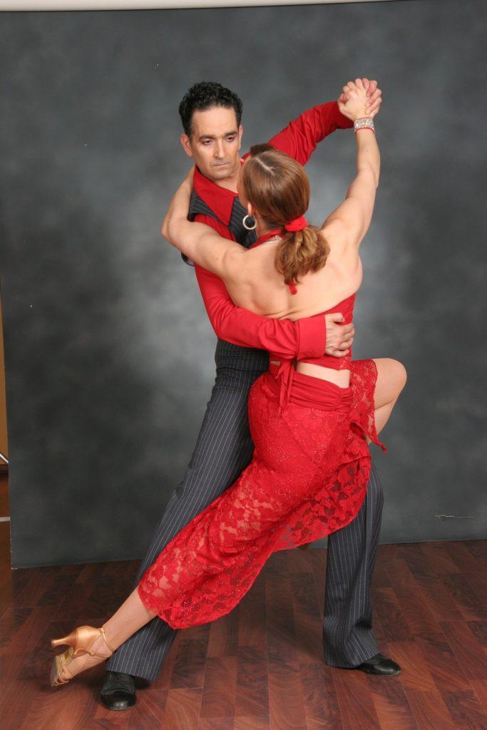 dois dançarinos de tango em buenos aires, argentina