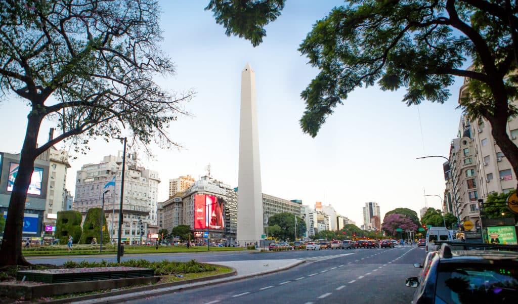 vista frontal do obelisco de buenos aires na argentina
