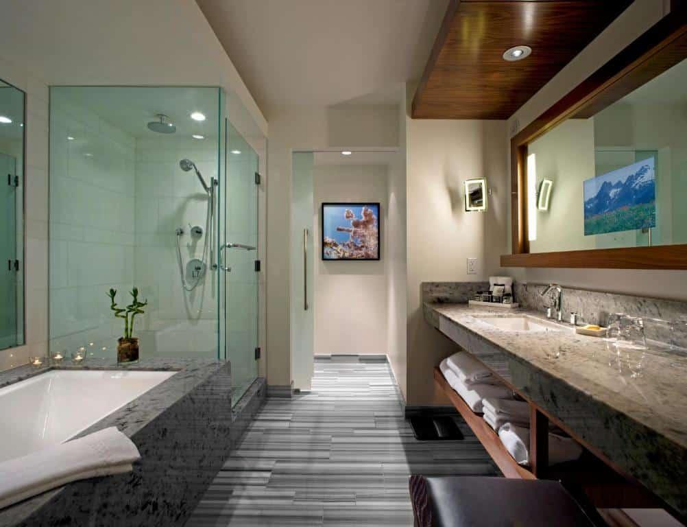 Banheiro com banheira na suíte com vista da cidade - Foto: Divulgação