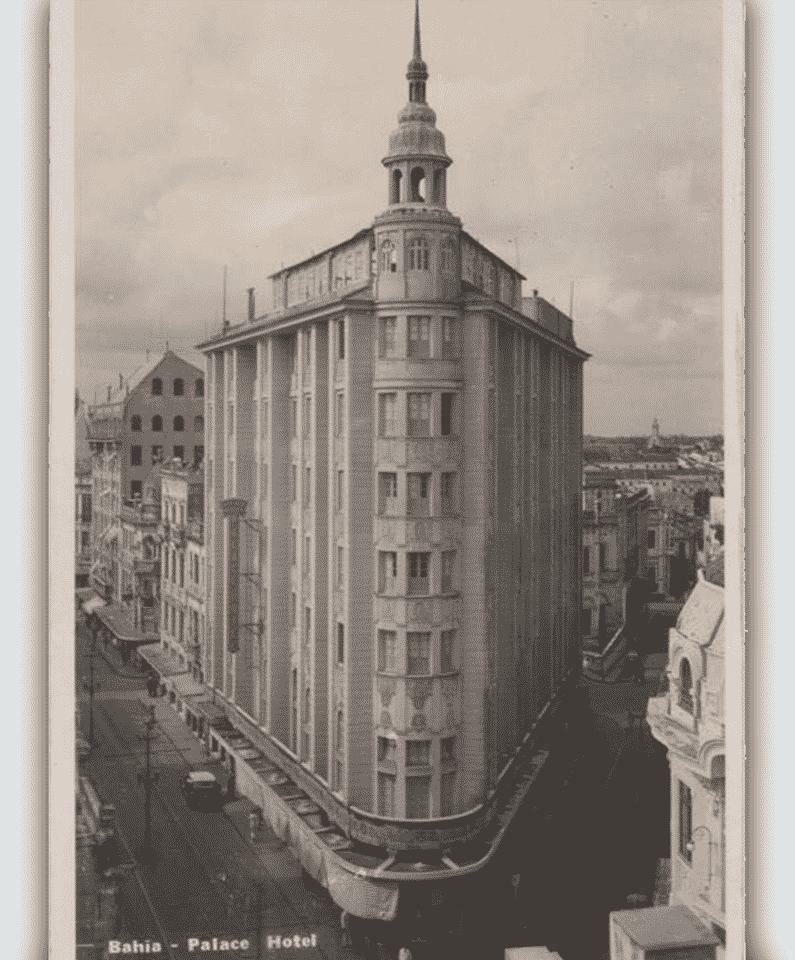 Foto antiga, em preto e branco, da fachada do Fera Palace Hotel durante a década de 30