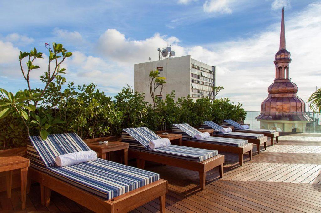 Espreguiçadeiras no terraço do Fera Palace Hotel, em Salvador