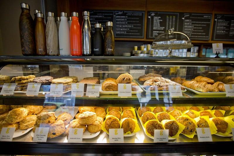 Vitrine com pães, biscoitos, croissants e enrolados no Giovane cafe, um dos restaurantes no Fairmont Pacific Rim