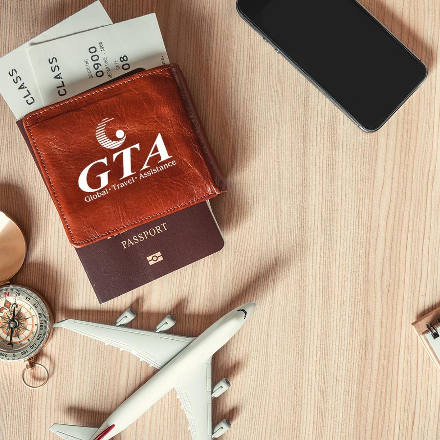 Foto de carteira com passagens e passaporte e logo da GTA seguros, ilustrando post sobre seguro viagem coronavirus