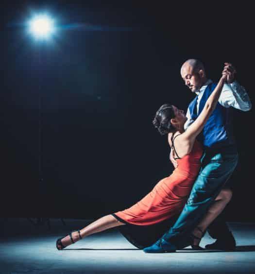 homem e mulher argentinos dançando em um show de tango