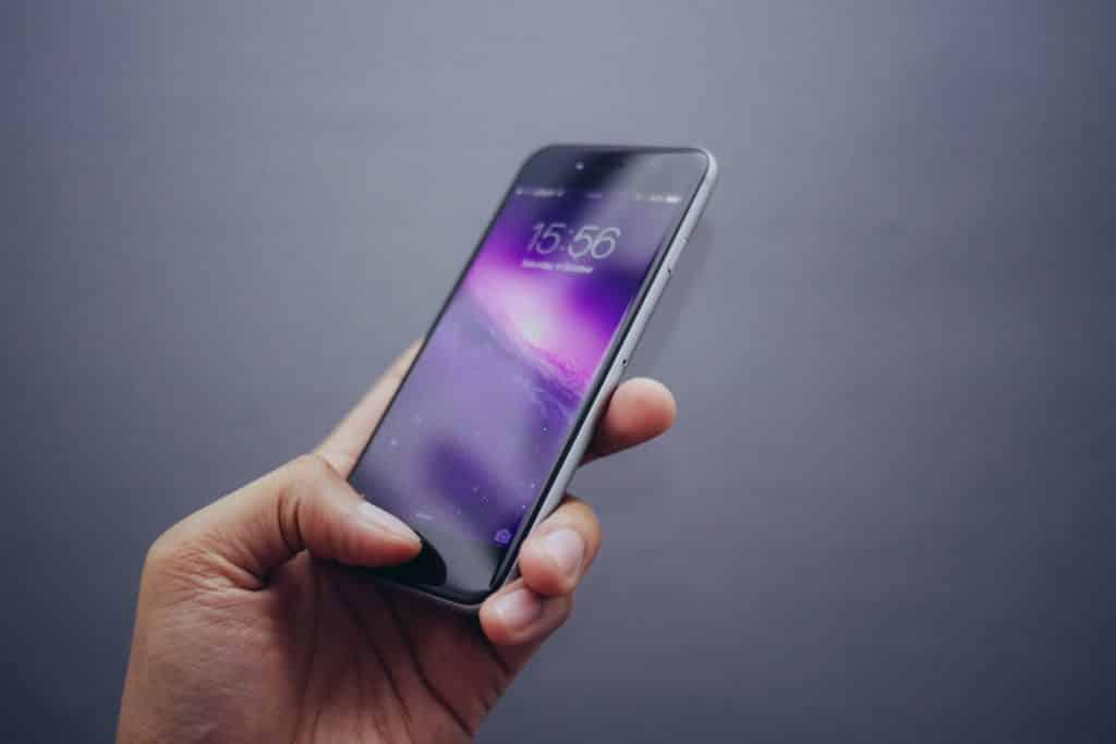 homem com celular smartphone na mão