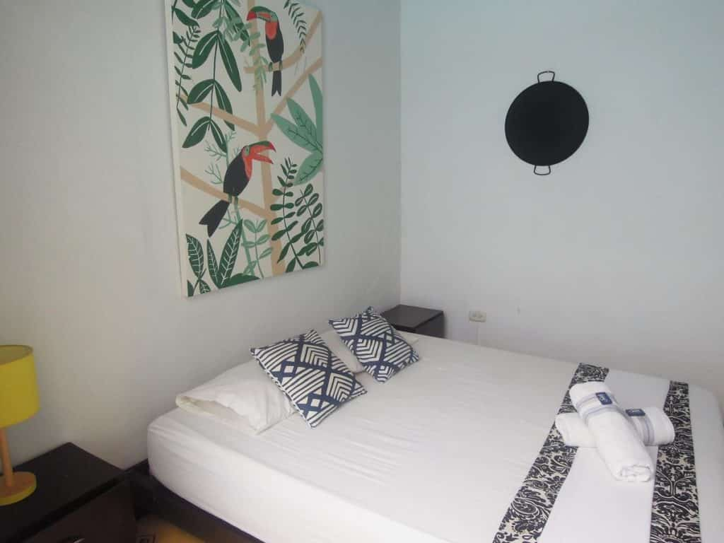 Cama confortável em quarto simples do Hostal El Españolete
