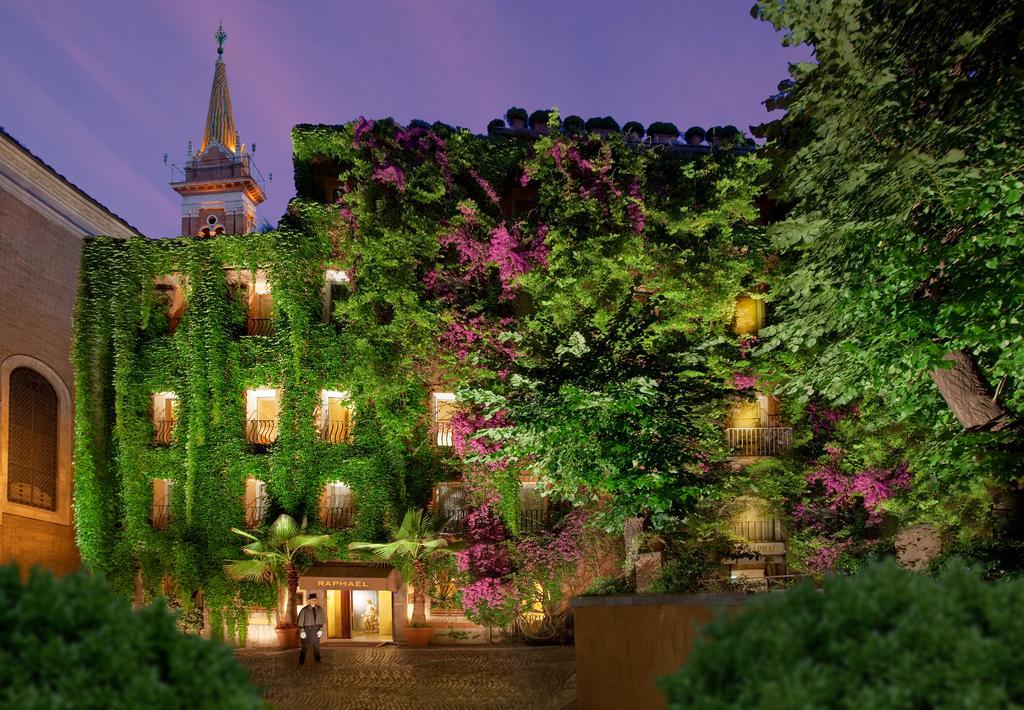 Fachada do Hotel Raphael, com plantas e flores adordando as janelas, um bom local para se hospedar durante a lua de mel na Itália