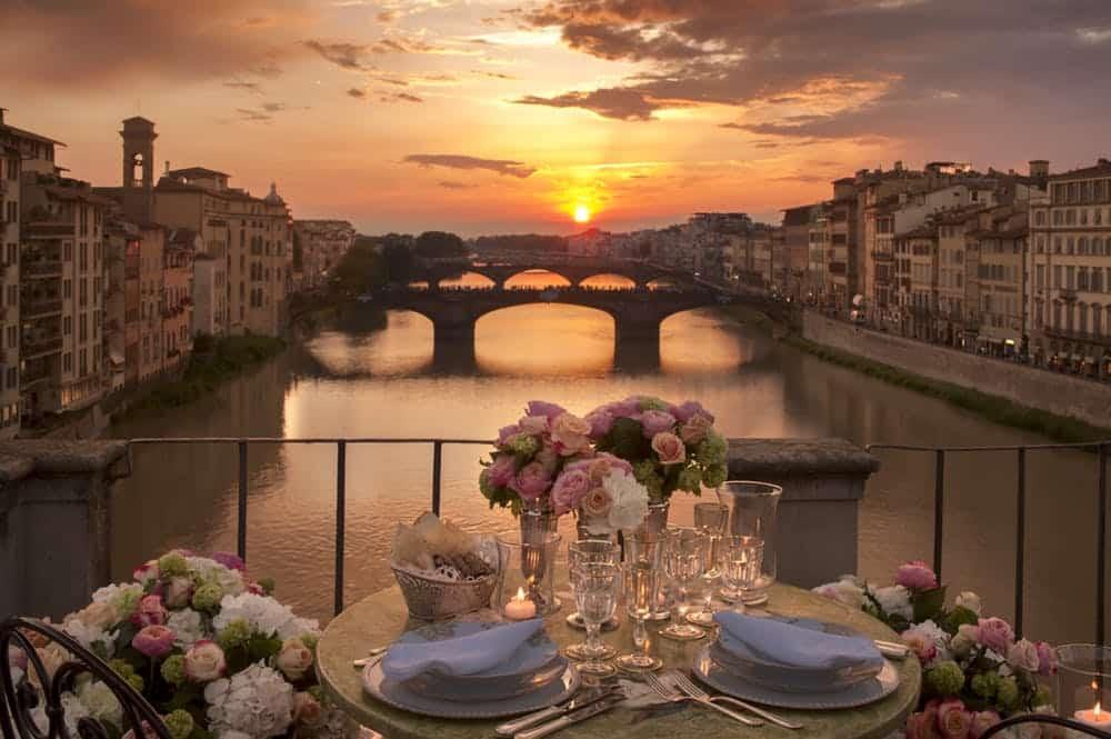 Foto de vista do terraço exclusivo do restaurante sobre o Rio Arno, com mesa posta em um clima super romântico, ideal para a lua de mel na Itália