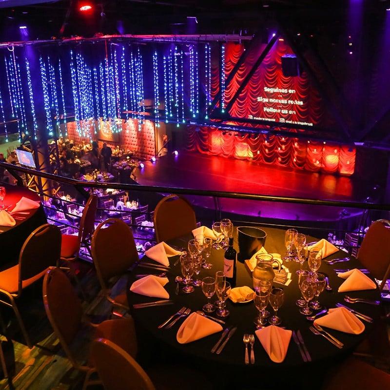 mesas e cadeiras da casa de show madero tango em buenos aires