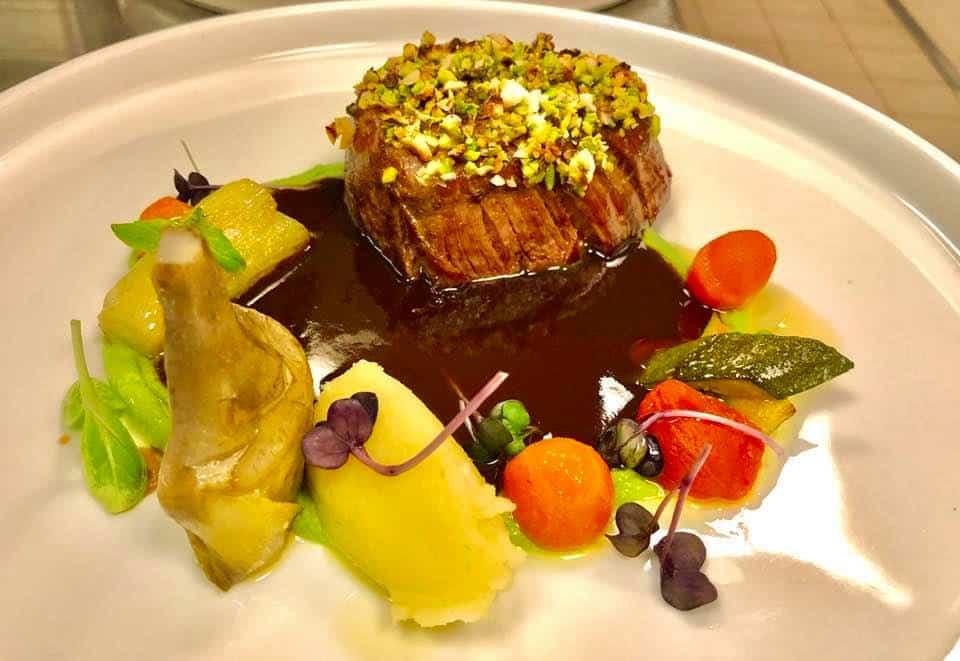 Foto de carne com molho e vegetais de acompanhamento no Ristorante La Caravella, na Costa Amalfitana