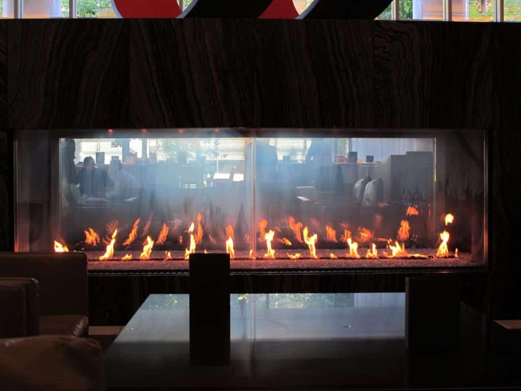 Foto centralizada da grande lareira do lobby do Fairmont Pacific Rim hotel