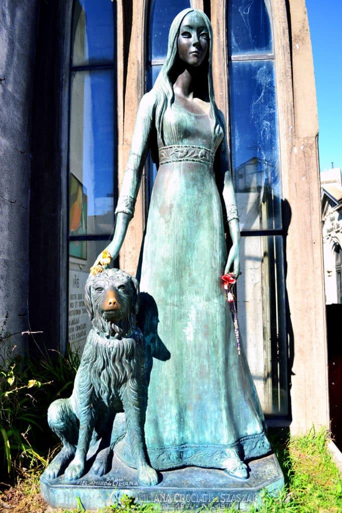 estatua de uma moça e seu cachorro