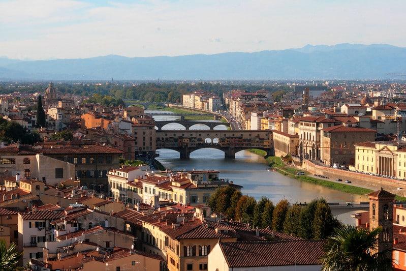 Foto de Florença com o Rio Arno e pontes cartão-postal da cidade, que é um dos destinos mais recomendados para uma lua de mel na Itália