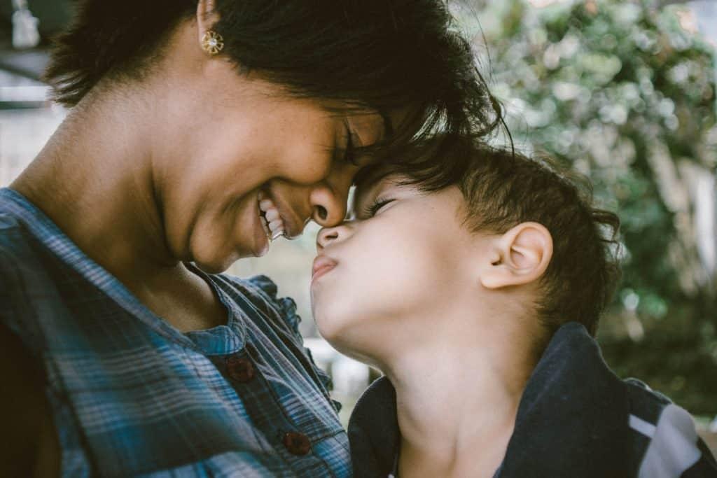 mãe e filho abraçados em viagem para buenos aires