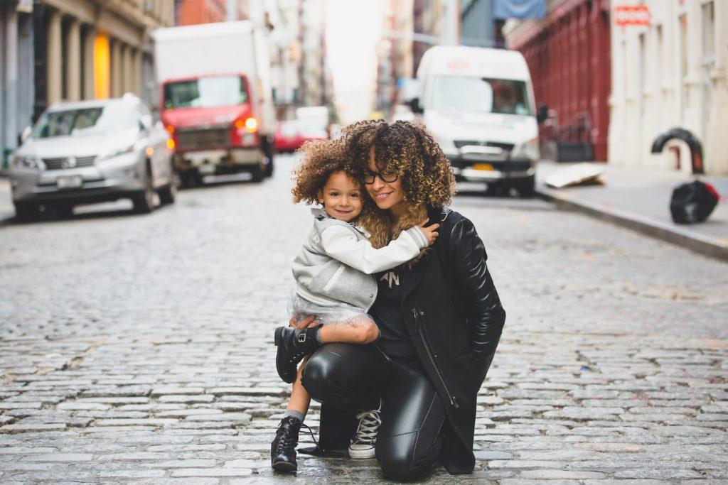 mae e filha andando nas ruas de buenos aires