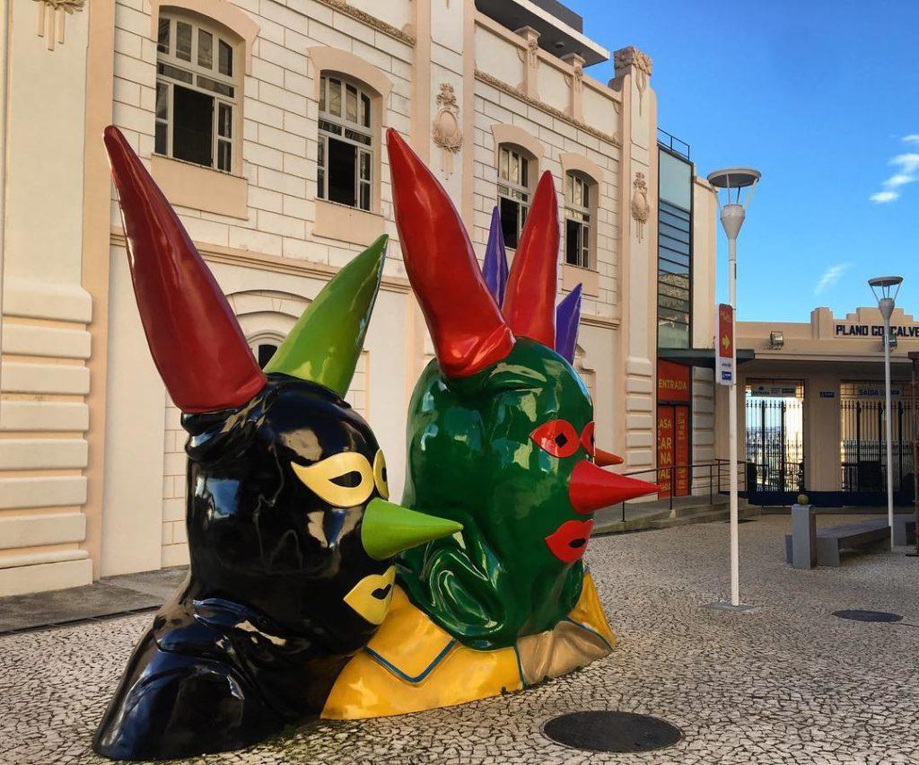 Foto de máscaras de carnaval, chamadas de Maragogipe, em frente à Casa do Carnaval, em Salvador