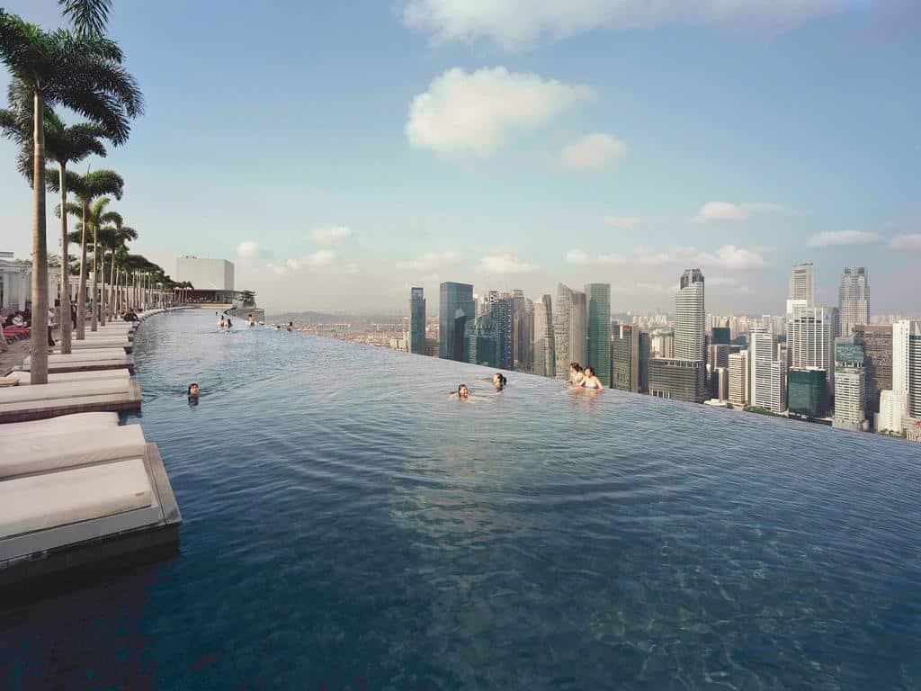 hotéis 5 estrelas singapura - Piscina com borda infinita do Marina Bay Sands