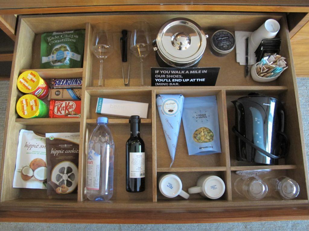 Foto de mini-bar com diversas opções de petiscos no quarto do Fairmont Pacific Rim