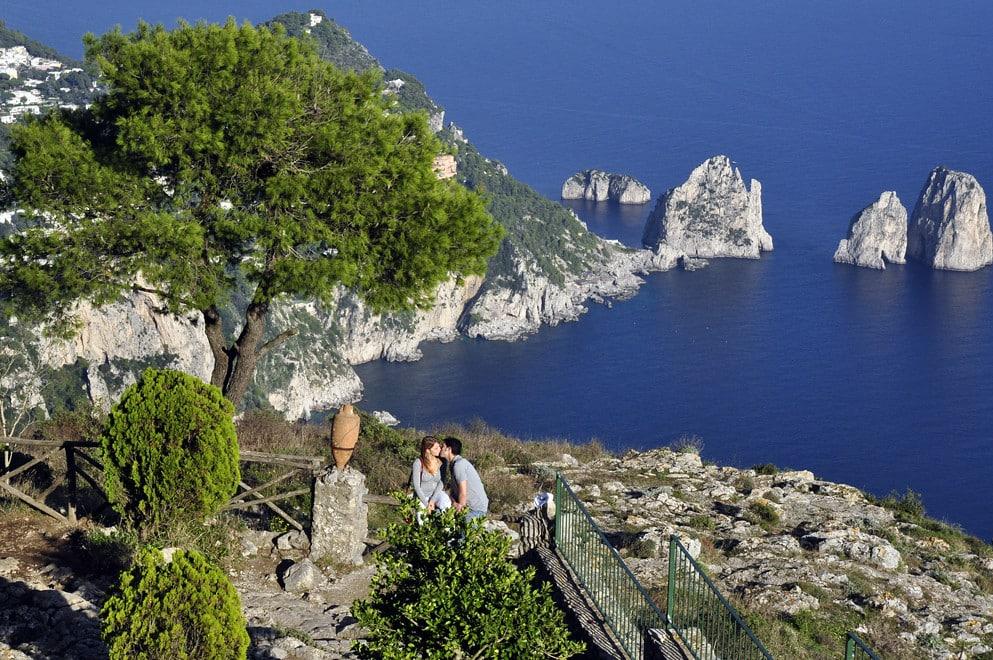 Foto de casal em banco no Monte Solaro, o ponto mais alto da Ilha de Capri, um dos destinos indicados para lua de mel na Itália