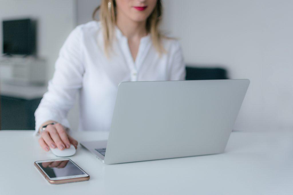 mulher usando computador em ambiente todo branco
