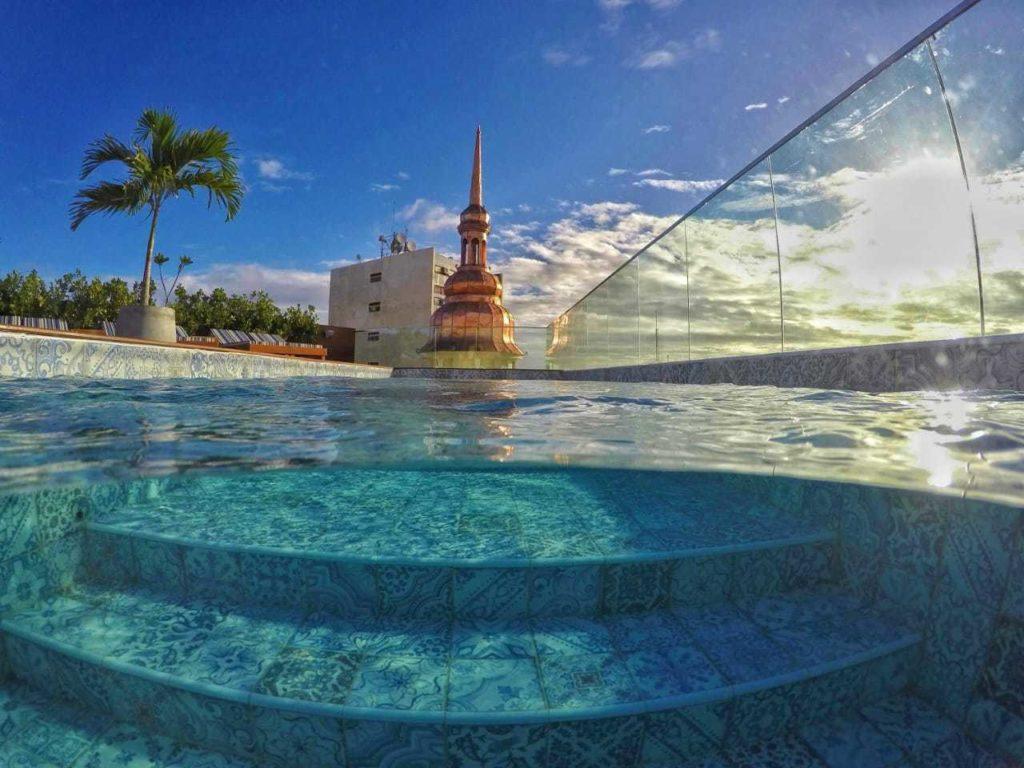 Escada da piscina no terraço do Fera Palace Hotel, com azulejos portugueses estilizando o local