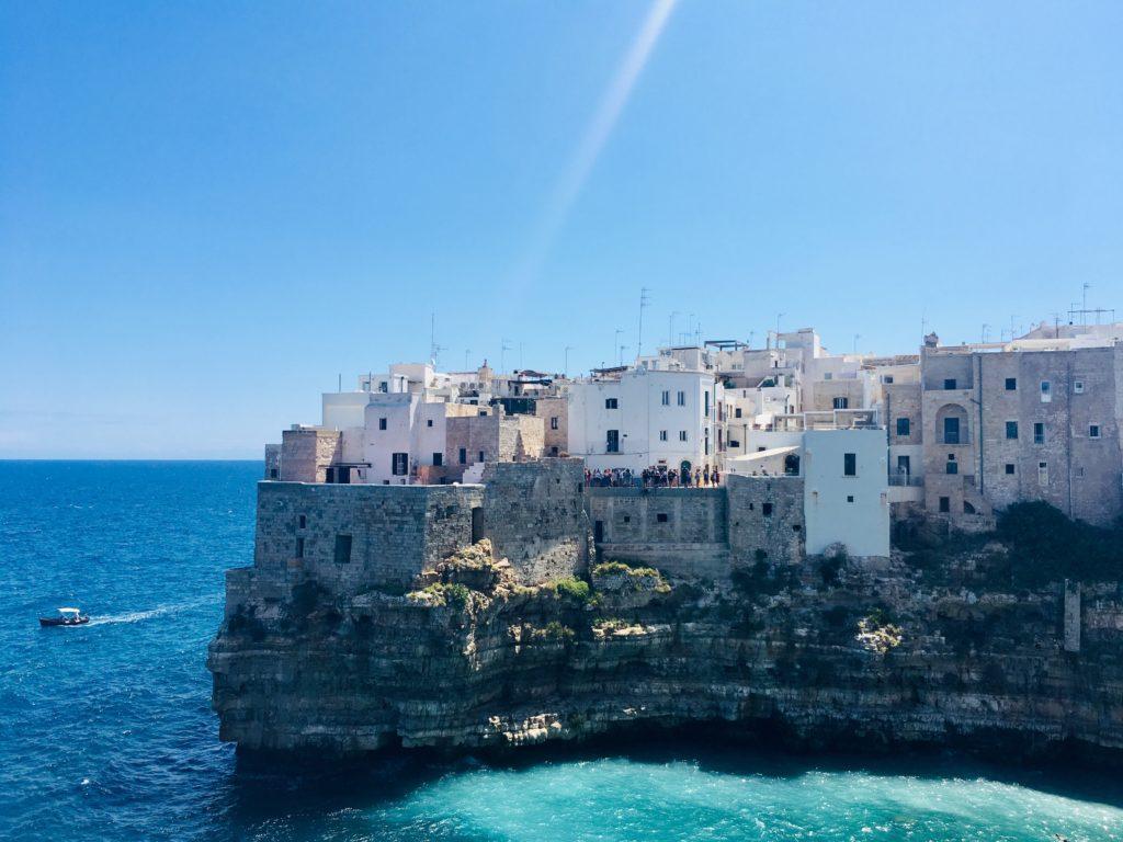 Completo rochoso de Polignano a Mare, com construções antigas, localizado em Bari, um dos destinos para lua de mel na Itália