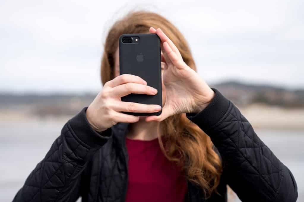 mulher fotografando com o celular smartphone