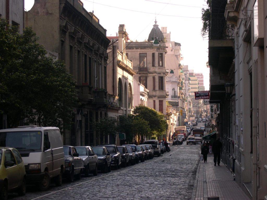 rua típica do bairro de san telmo em buenos aires