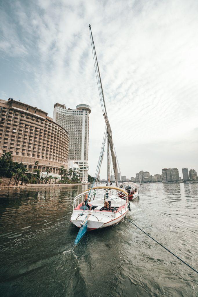 passeio de barco as margens do rio nilo no cairo, egito