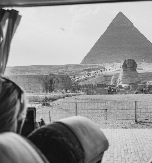 pessoas avistando a pirâmide do cairo, no egito