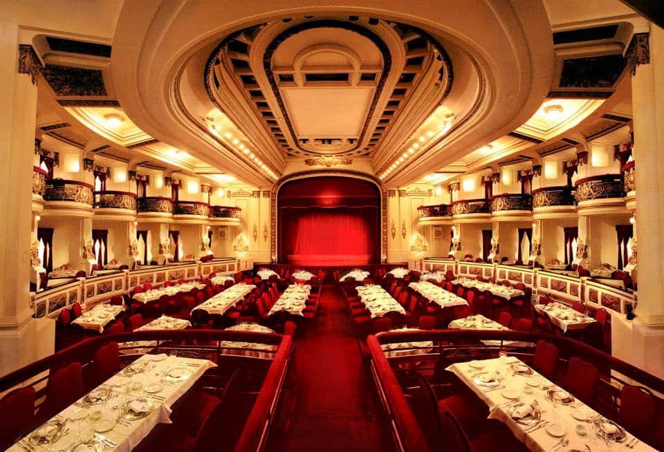 teatro em tons de branco e vermelho de buenos aires