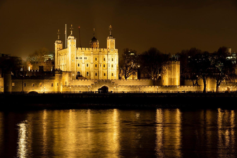 Torre de Londres iluminada à noite