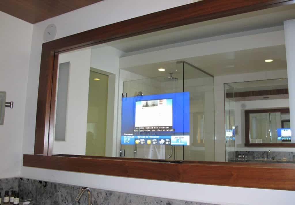 Foto de tela no espelho do banheiro no quarto do Fairmont Pacific Rim