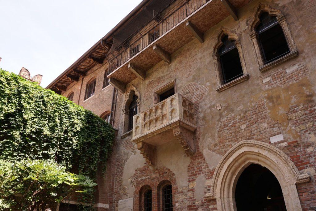 Foto da sacada fictícia atribuída à Julieta de Shakespeare, localizada em Verona, um dos passeios para fazer em uma lua de mel na Itália