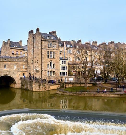 Cidade de Bath, na Inglaterra, com prédios de arquitetura georgiana e ponte
