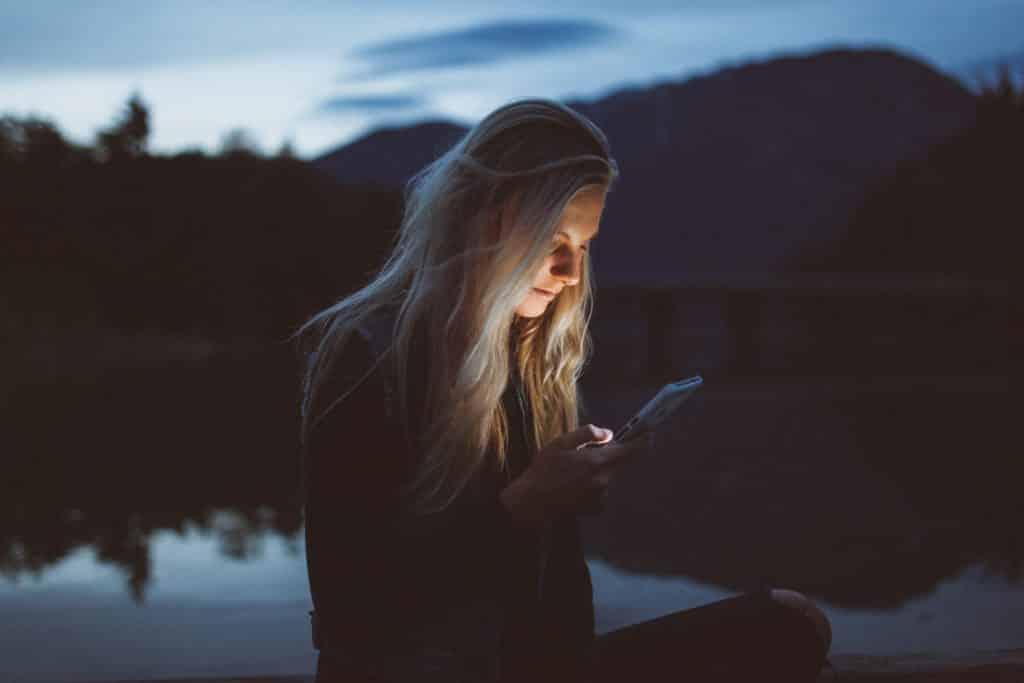 mulher mexendo no aparelho telefônico com um chip de celular para viagem internacional
