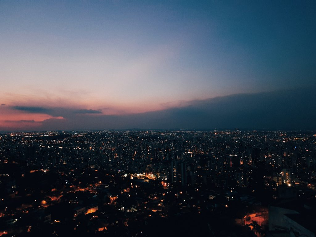 Foto panorâmica de Belo Horizonte à noite