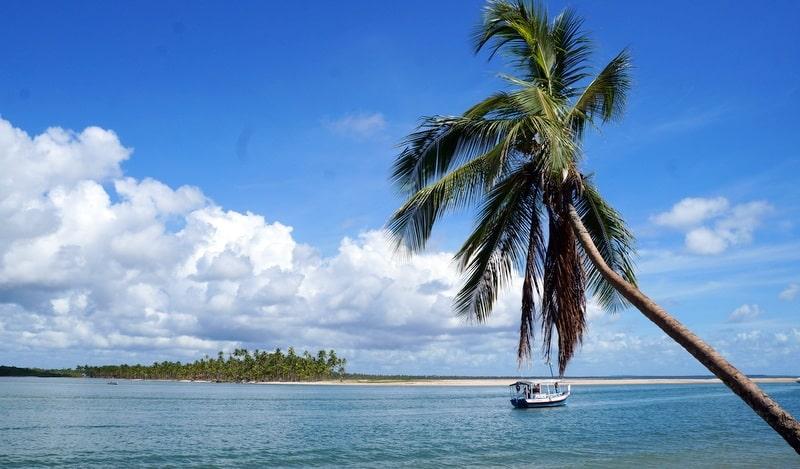 Mar, barco e coqueiro em Boipeba