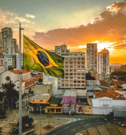 Bandeira do Brasil hasteada em cidade