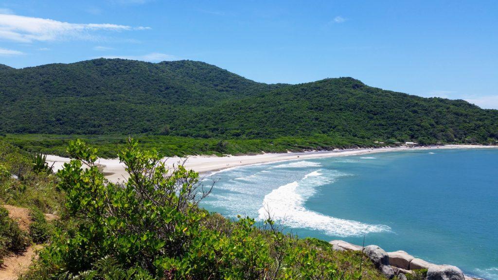 Praia dos Naufragados, em Florianópolis, Brasil