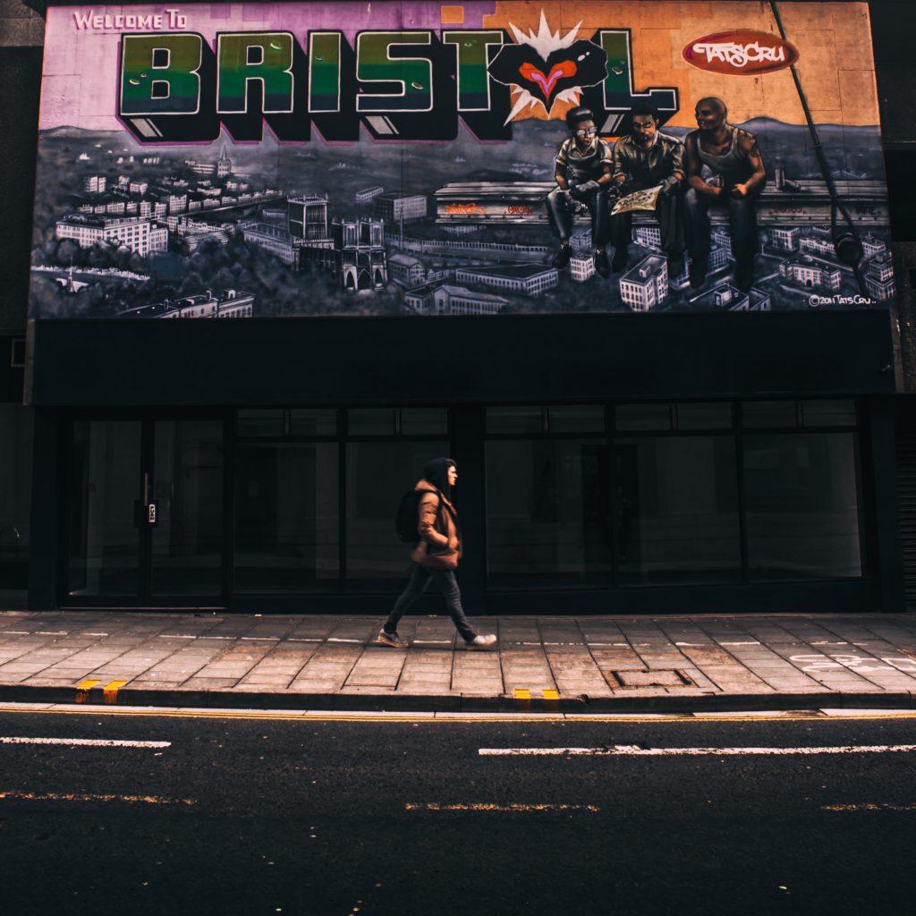 """Arte em parede da cidade de Bristol, com os dizeres """"welcome to Bristol"""" (bem-vindos a Bristol)"""
