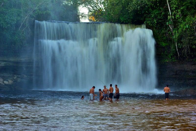 Pessoas em frente da cachoeira do Itapecurú, no Maranhão