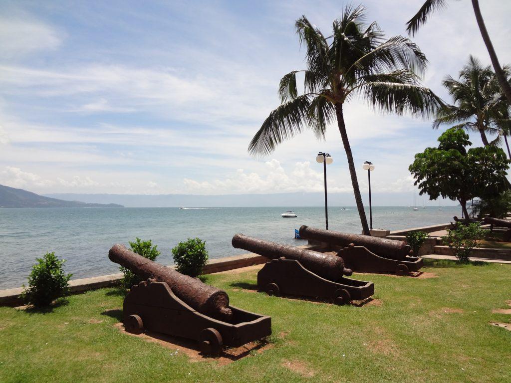 Canhões antigos na praia da vila na ilhabela em são paulo