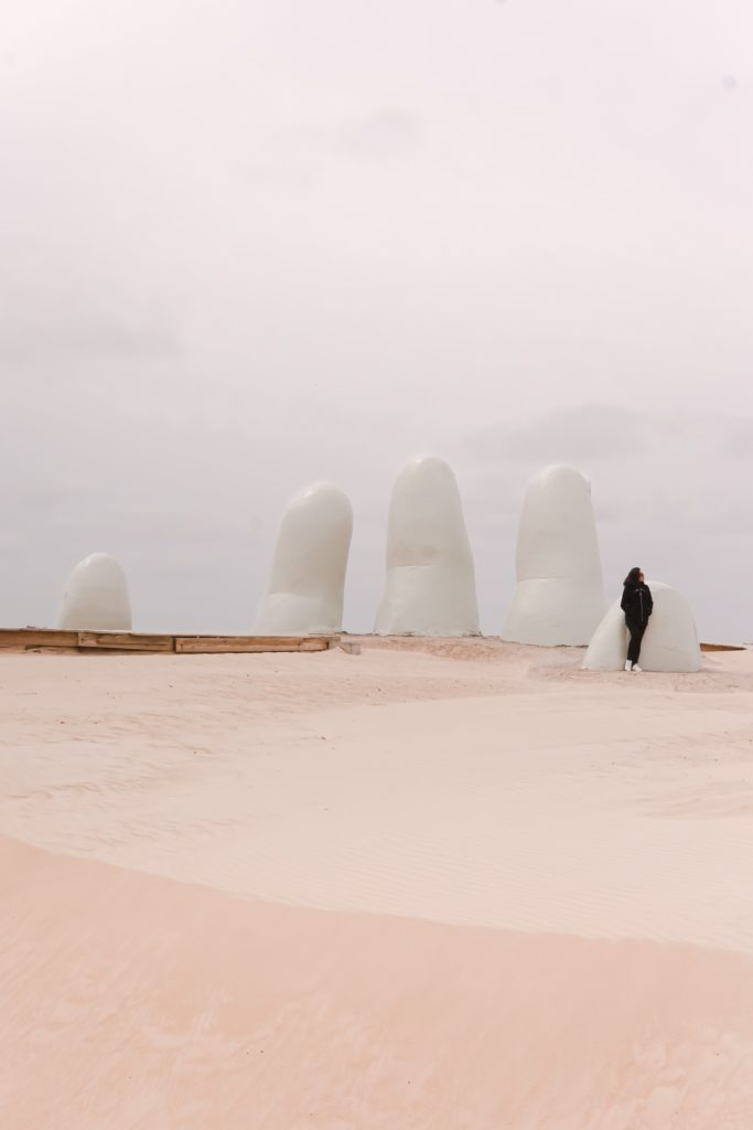 monumento ao afogado, las manos ou los dedos em punta del este no urguai