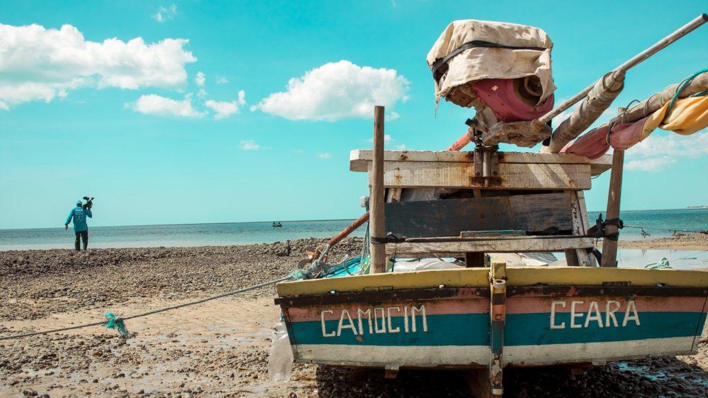 Barco em praia de Camocim, no Ceará