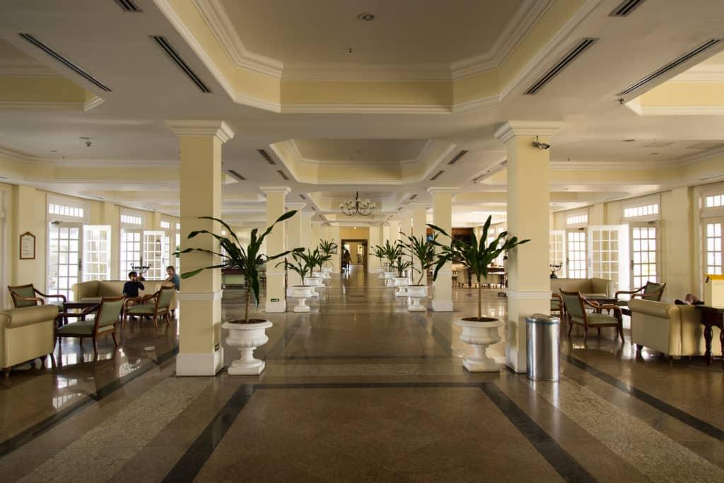 Foto de lobby da ala sol do complexo de resorts Costa do Sauípe, na Bahia