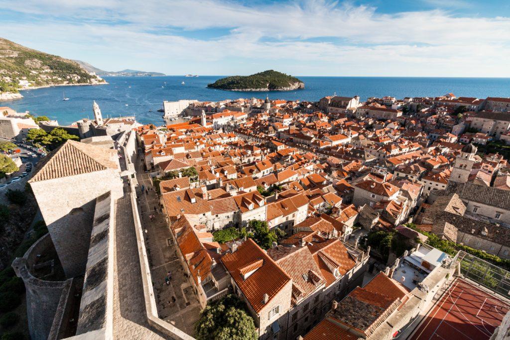 Foto panorâmica de Dubrovnik vista de cima, com foco na cidade medieval separada por muros
