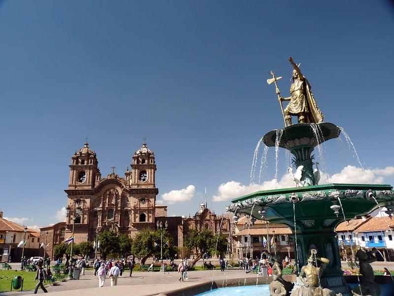 Catedral de Cusco e estátua na frente