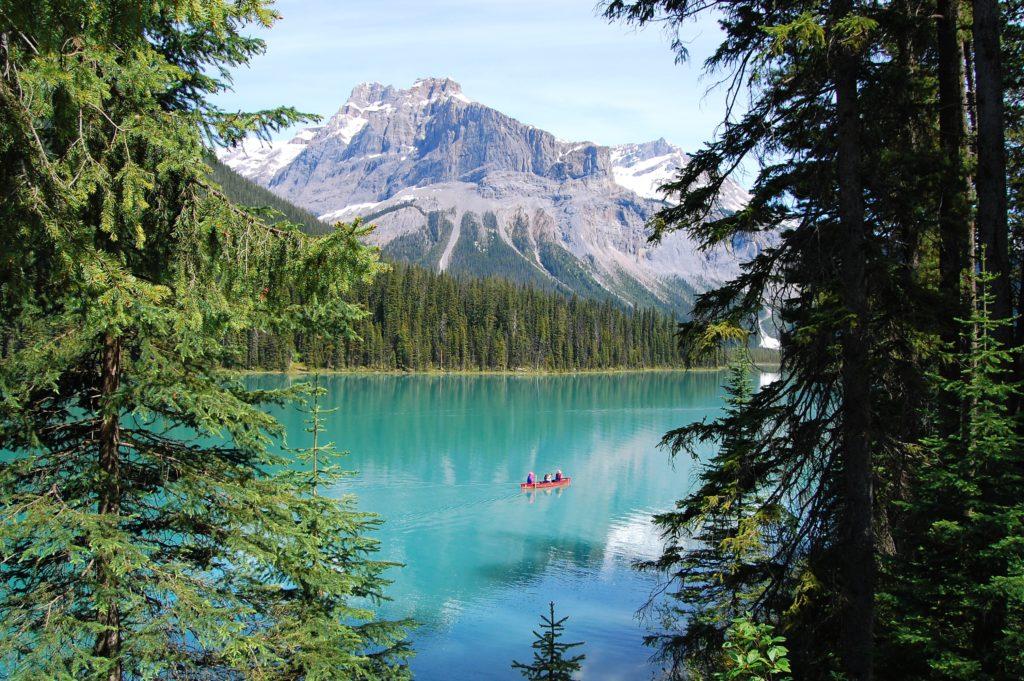 Foto do Emerald Lake no Canadá, com canoa com pessoas no meio do lago