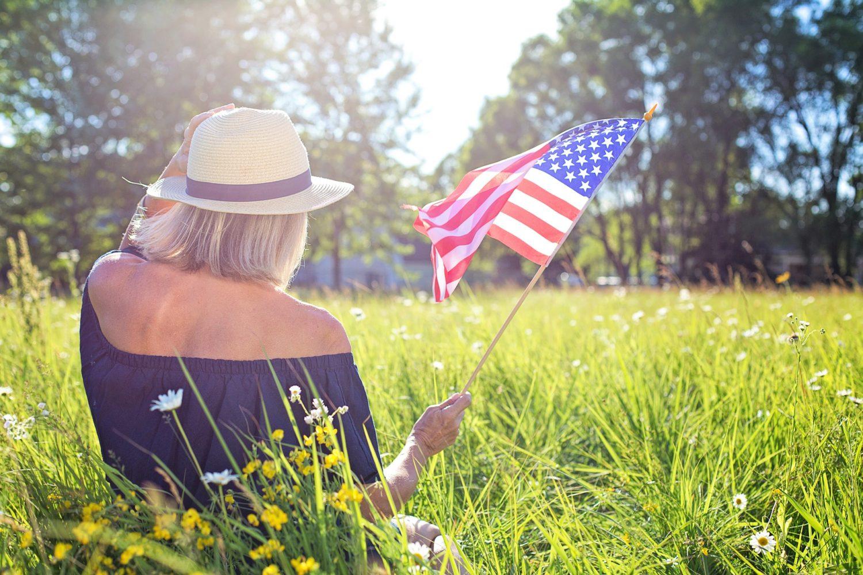 mulher segurando bandeira dos estados unidos